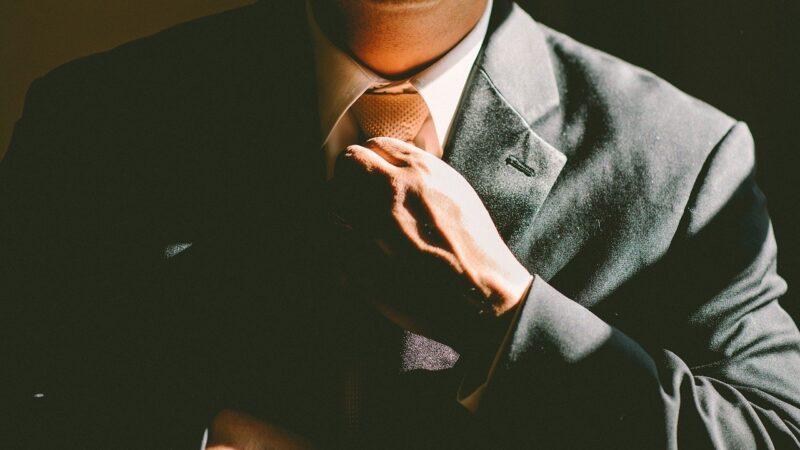 Mann der sich die Krawatte bindet