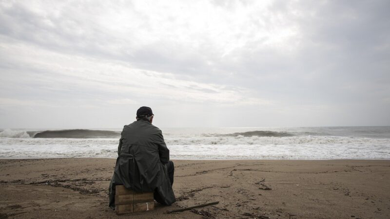 Mann am Strand im Sturm