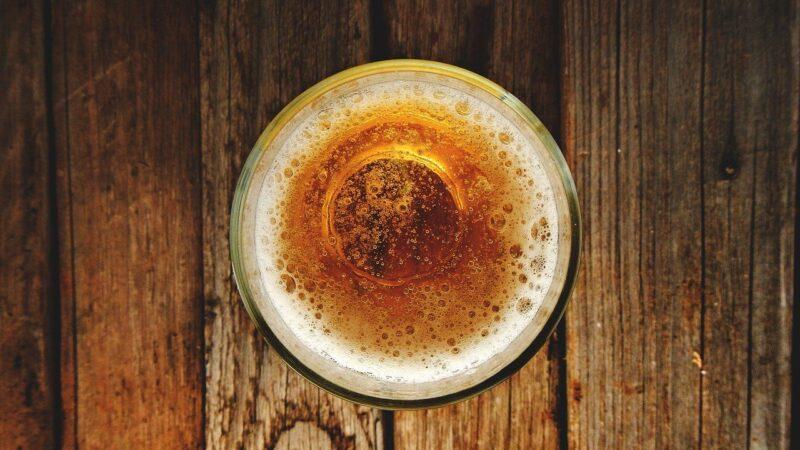 Glas mit Bier von oben